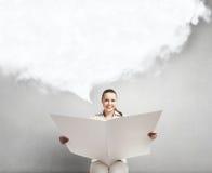 Газета чтения женщины Стоковые Фото