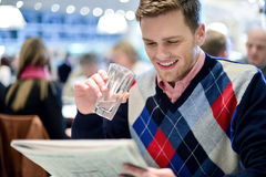 Газета чтения молодого человека на кафе Стоковые Изображения RF