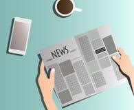 Газета чтения на таблице Стоковые Фото