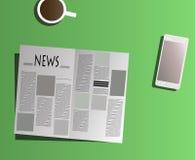 Газета чтения на таблице Стоковые Фотографии RF