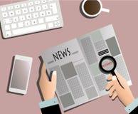 Газета чтения предпринимателя с лупой Стоковое Фото