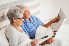 Газета чтения старшей кассеты чтения женщины и старшего человека Стоковая Фотография RF