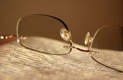 газета eyeglasses Стоковая Фотография