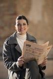 газета outdoors читая Стоковые Изображения RF