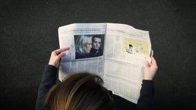 Газетная статья чтения женщины о Le Pen и Philippot акции видеоматериалы
