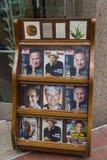 Газетный киоск с кассетами с Робин Уильямс на обложке скоро после его смерти, на улице Сан-Франциско Стоковое Изображение