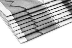 газеты вороха над бумажной белизной стоковое изображение