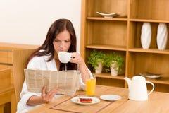газеты завтрака счастливые домашние прочитали женщину Стоковое фото RF