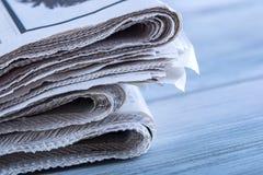 Газеты сложенные и штабелированные на таблице Стоковые Изображения RF