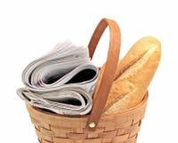 Газеты утра и свежий хлеб в корзине Стоковая Фотография RF