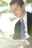Газеты чтения бизнесмена Стоковые Фото