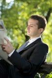 Газеты чтения бизнесмена outdoors Стоковое Изображение RF