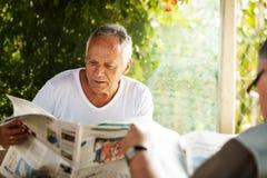 Газеты чтения Стоковые Изображения RF