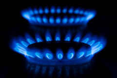 Газовая горелка с огнем на черной предпосылке Стоковые Изображения