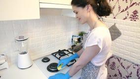 Газовая плита женщины очищая сток-видео