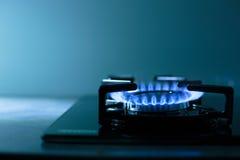 газовая плита пламен предпосылки черная Стоковые Фотографии RF