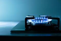 газовая плита пламен предпосылки черная Стоковая Фотография