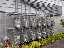 Газовые счетчики вне комплекса апартаментов стоковые фотографии rf