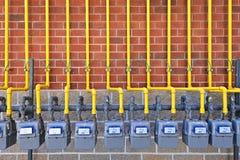 Газовые счетчики на кирпичной стене Стоковые Фотографии RF