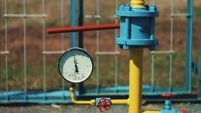 Газопровод с манометром Завод для очищать, хранить и транспортировать нефть и газ Желтые трубы Насосная установка видеоматериал