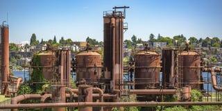Газ работает парк с взглядом озера и города стоковые фотографии rf
