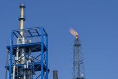 Газ flares в нефтеперегонном заводе с предпосылкой голубого неба стоковые изображения