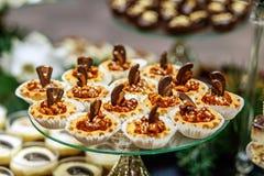 Гайка испечет на стеклянном подносе Еда концепции, десерты, ресторан, p стоковые фото