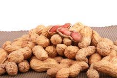 Гайки, арахисы или арахисы обезьяны в раковинах, изолированных на белой предпосылке Стоковые Изображения RF