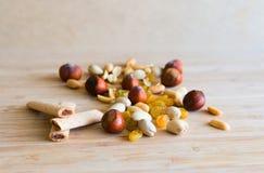Гайки, варенье вставляют, rasin на деревянной доске Стоковые Изображения RF