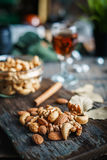 Гайки, грецкие орехи и миндалины анакардии с вискиом на деревянном backgrou Стоковая Фотография RF