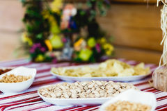 Гайки лежат в различных белых плитах на шведском столе Стоковые Изображения