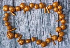 Гайки золота и ручки позолоты на предпосылке старых деревянных панелей, предпосылке рождества Стоковое Изображение