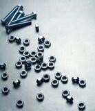 Гайки и винты на металлической пластине Стоковое фото RF