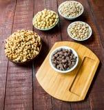Гайки и шоколад покрыли арахисы стоковое фото rf
