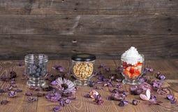 Гайки и ягоды в стеклах Стоковые Фото