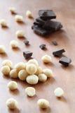 Гайки макадамии и части шоколада Стоковое фото RF