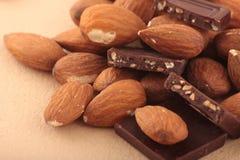 Гайки миндалины и молочный шоколад Стоковое Фото