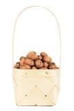 Гайки пекана в деревянной корзине Стоковые Фотографии RF