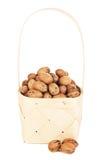 Гайки пекана в деревянной корзине Стоковая Фотография RF