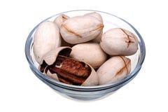 Гайки пекана в стеклянной чашке изолированной на белой предпосылке Стоковое Фото