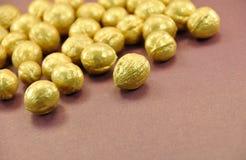 гайки предпосылки коричневые золотистые Стоковое фото RF