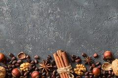 гайки предпосылки смешанные фундуки, грецкие орехи, кедр Стоковая Фотография RF