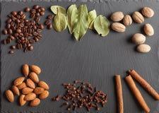 Гайки, специи и еда на деревянном подносе Стоковое Изображение RF