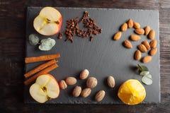 Гайки, специи и еда на деревянном подносе Стоковые Изображения