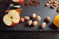 Гайки, специи и еда на деревянном подносе Стоковое Изображение