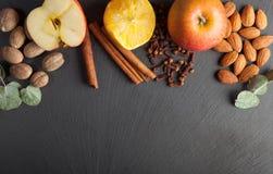 Гайки, специи и еда на деревянном подносе Стоковая Фотография RF