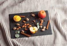Гайки, специи и еда на деревянном подносе Стоковые Фотографии RF