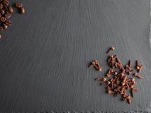 Гайки, специи и еда на shate всходят на борт Стоковые Фотографии RF