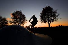 Гай велосипед на заходе солнца Стоковое фото RF