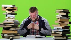 Гай внезапно находит его статья в книге и очень счастливо зеленый экран акции видеоматериалы